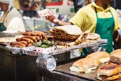 在格栅的可口墨西哥街道食物 免版税库存照片