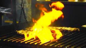 在格栅的开胃肋骨,烹调烤肉肉,与烤外壳的水多的羊羔肋骨在格栅 股票视频