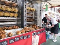 在格栅的整鸡在市场上的待售在贝桑松法国镇  免版税库存图片