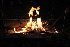 在格栅的明亮的火夜在露天下 免版税库存照片