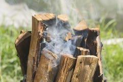 在格栅的木柴 免版税库存图片
