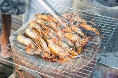 在格栅的烤虾与火炉在背景中 免版税库存图片