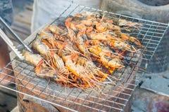 在格栅的烤虾与火炉在背景中 免版税图库摄影