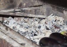 在格栅的煤炭,特写镜头 免版税库存图片