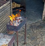 在格栅的燃烧的木头,在格栅的木柴 免版税库存照片