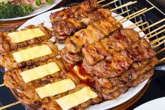 在格栅的猪肉与火焰 / 街道食物在泰国 / 泰国 库存照片