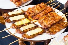 在格栅的猪肉与火焰 / 街道食物在泰国 / 泰国 免版税库存图片