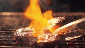 在格栅的肉牛排 许多火 极端慢动作 发火焰牛排特写镜头 厨师倾吐烧 股票录像