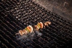 在格栅的虾kebabs 库存图片