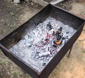 在格栅的闷燃的煤炭 在烤肉串以后的灼烧的火 库存照片