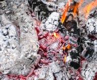 在格栅的闷燃的煤炭 在烤肉串以后的灼烧的火 免版税库存照片
