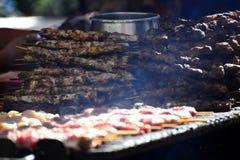 在格栅的食物-夏天烹调 免版税库存照片