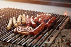 在格栅的香肠烤肉的 免版税库存图片