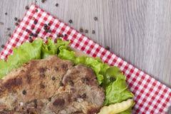 在格栅的鲜美烤猪肉用新鲜的莴苣和胡椒 库存照片
