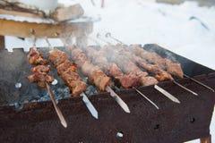 在格栅的水多的kebabs 免版税库存图片