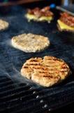 在格栅的BBQ汉堡包与烟 库存照片