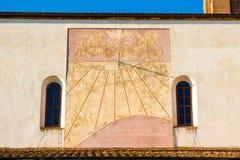 在格罗塞托大教堂的边的日规在意大利 库存照片