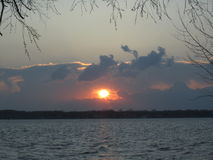 在格罗斯小岛密执安的秋天风暴日落以后 库存照片