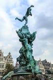 在格罗特Markt的Brabo喷泉在安特卫普,比利时 免版税库存照片