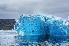 在格陵兰的海岸的附近一座冰山 免版税库存照片
