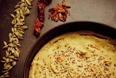 在桂香、胡椒和自创饼的选择聚焦在葡萄酒平底锅里面 库存照片