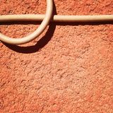 在桃子墙壁上的缆绳 免版税库存图片