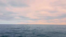 在桃红色云彩背景的海景在日落的 股票视频
