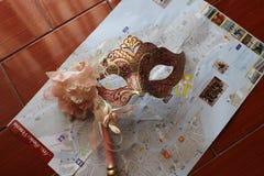在桃红色口气的威尼斯式面具 库存照片