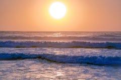 在桃红色口气的美好的日落在大西洋 库存照片