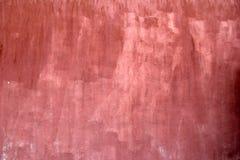 在桃红色和红色的老被绘的混凝土墙 库存图片