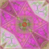 在桃红色和绿色的抽象马赛克背景设计或卡片的,作用三角马赛克与花的patchworck装饰品 免版税库存图片