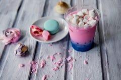 在桃红色和蓝色颜色的泡影茶在有秸杆的塑料杯 软,美好的颜色 免版税库存图片