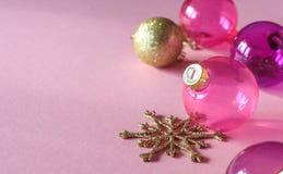 在桃红色和金子圣诞节球桃红色背景特写镜头的圣诞节装饰  免版税库存图片