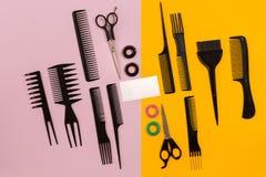 在桃红色和黄色背景的美发师工具与拷贝空间,顶视图,平的位置 库存照片