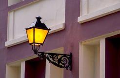 在桃红色墙壁上的古色古香的灯笼 库存照片