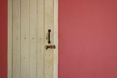 在桃红色墙壁上的白色窗口 免版税图库摄影