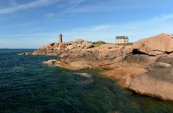 在桃红色岩石的美丽的灯塔 免版税库存图片