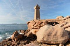 在桃红色岩石的美丽的灯塔 库存照片
