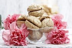 在桃红色康乃馨花中的巴黎人macarons 库存照片