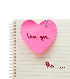 在桃红色心脏的爱 免版税库存图片