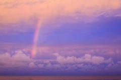 在桃红色日落天空的彩虹 库存照片