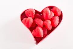 在桃红色曲奇饼切削刀的红色情人节心脏糖果 免版税库存图片