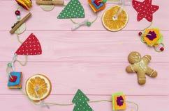 在桃红色木委员会的圣诞节装饰 免版税图库摄影