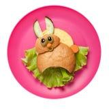 在桃红色板材做的滑稽的三明治野兔 免版税库存图片
