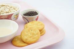 在桃红色板材的薄脆饼干 免版税库存图片