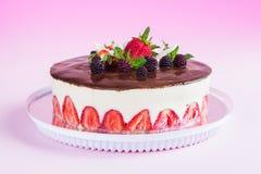 在桃红色梯度背景的草莓fraisier蛋糕 库存图片