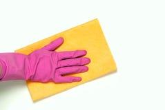 在桃红色橡胶手套的一只手 图库摄影