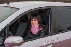 在桃红色汽车里面的女孩 免版税库存照片