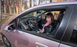 在桃红色汽车里面的女孩 图库摄影