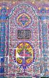 在桃红色清真寺墙壁上的美丽的老装饰的绘的马赛克  图库摄影